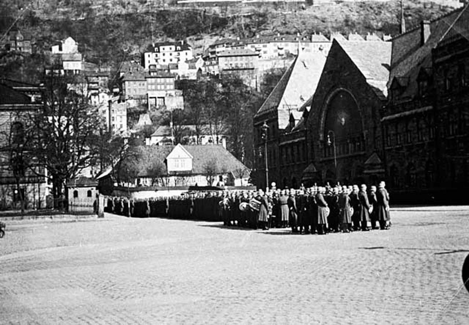 PARADE: Tyske soldater paraderer forbi togstasjonen i Bergen.