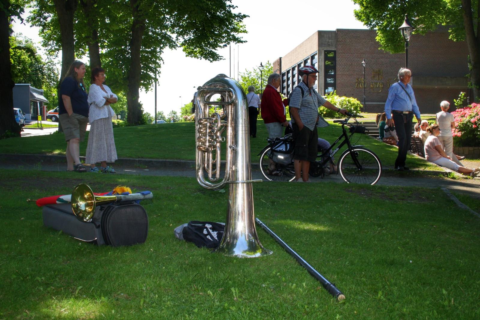 Musikk og instrumenter over alt. En tuba har tatt seg en hvil i parken ved paviljongen.
