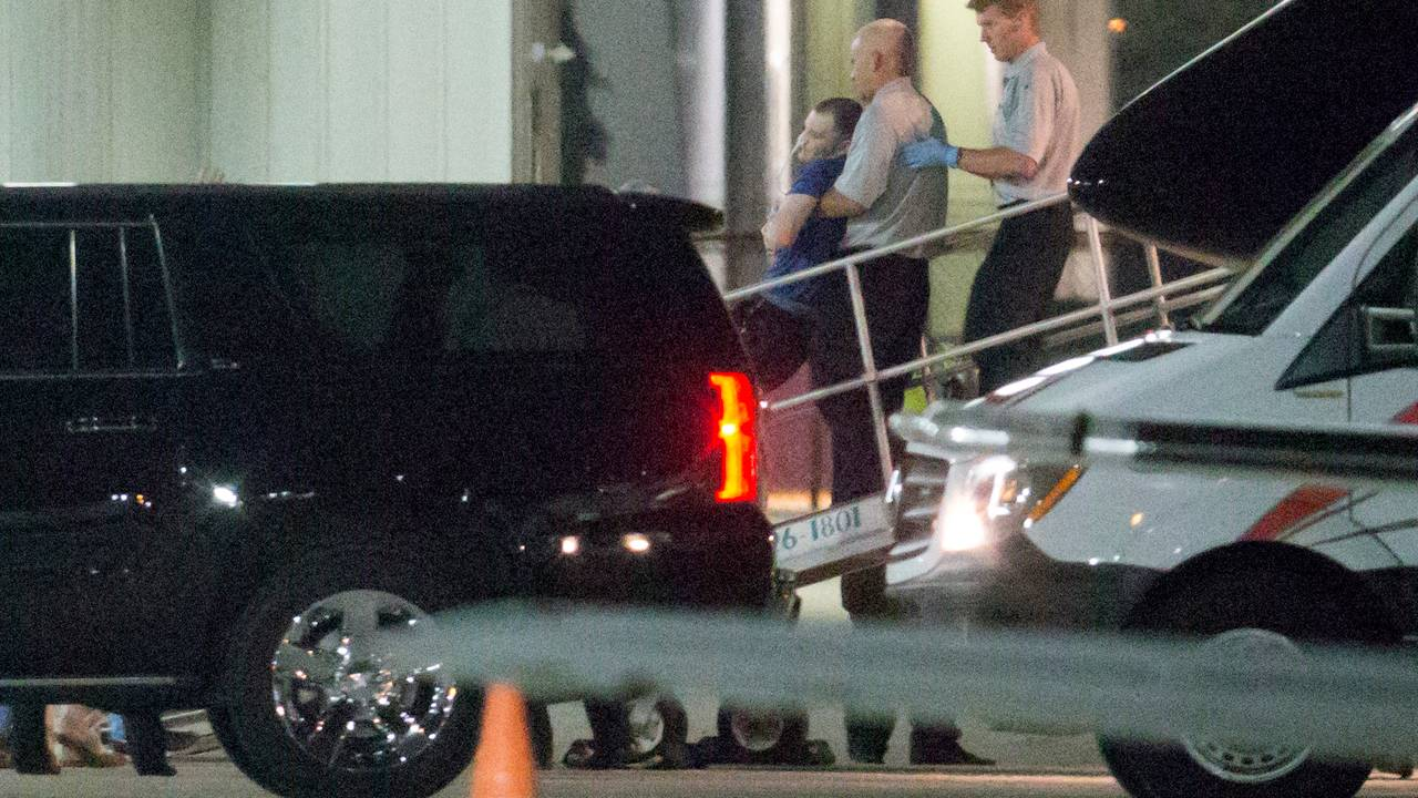 Otto Warmbier blir båret ut av et fly på Lunken flyplass i Cincinnati