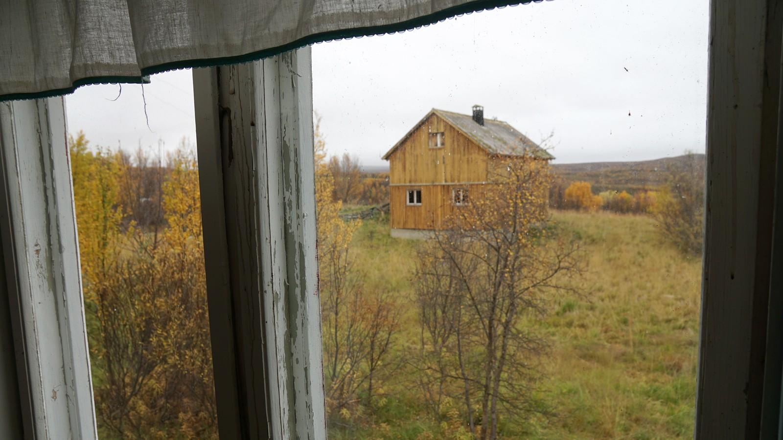 Utsikt mot fjøset og fjæra fra kjøkkenet.
