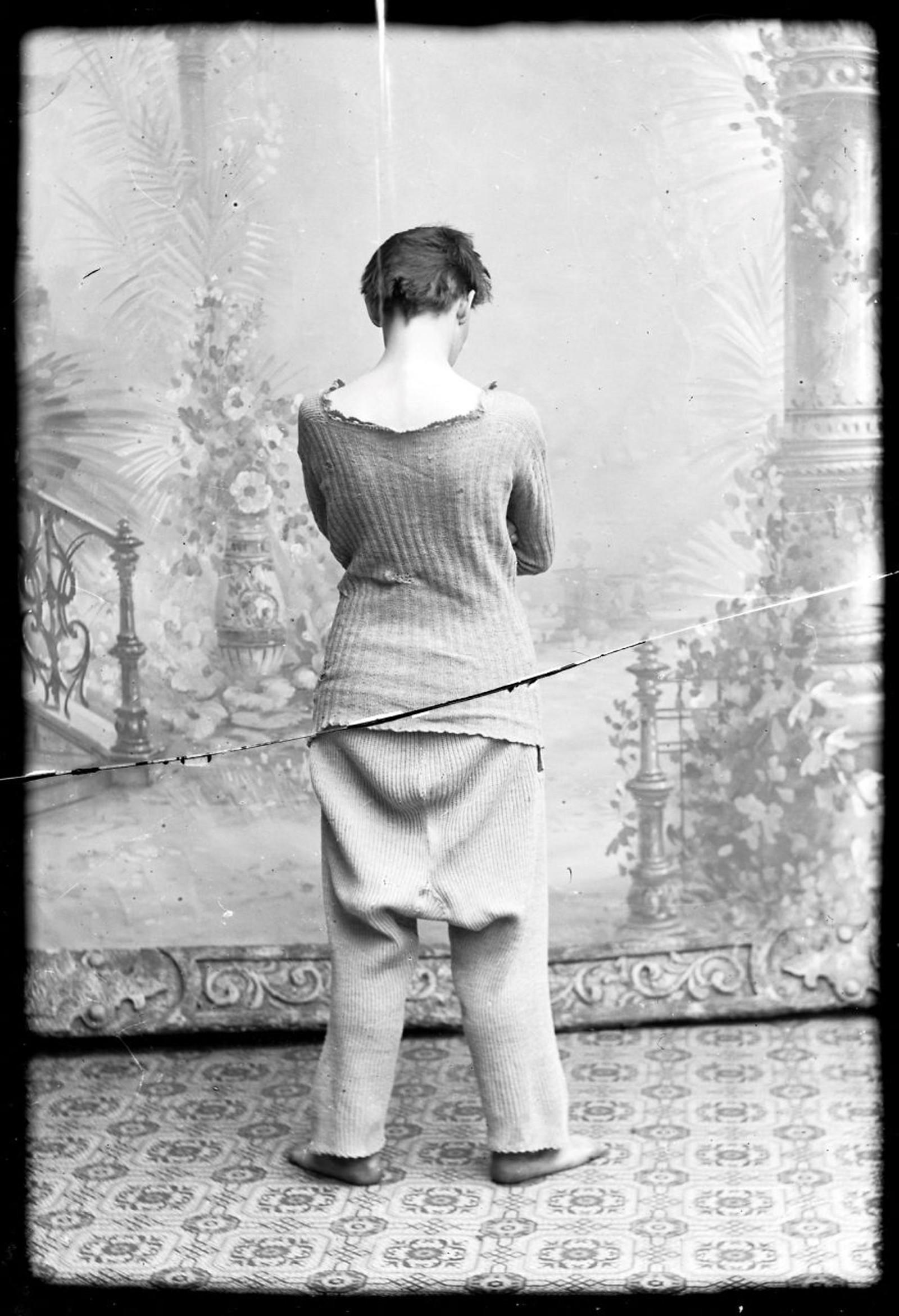 MED RYGGEN TIL: Marie Høeg poserer med ullundertøy.