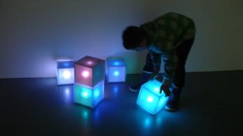 I rommet der kubene skifter farge ved berøring.