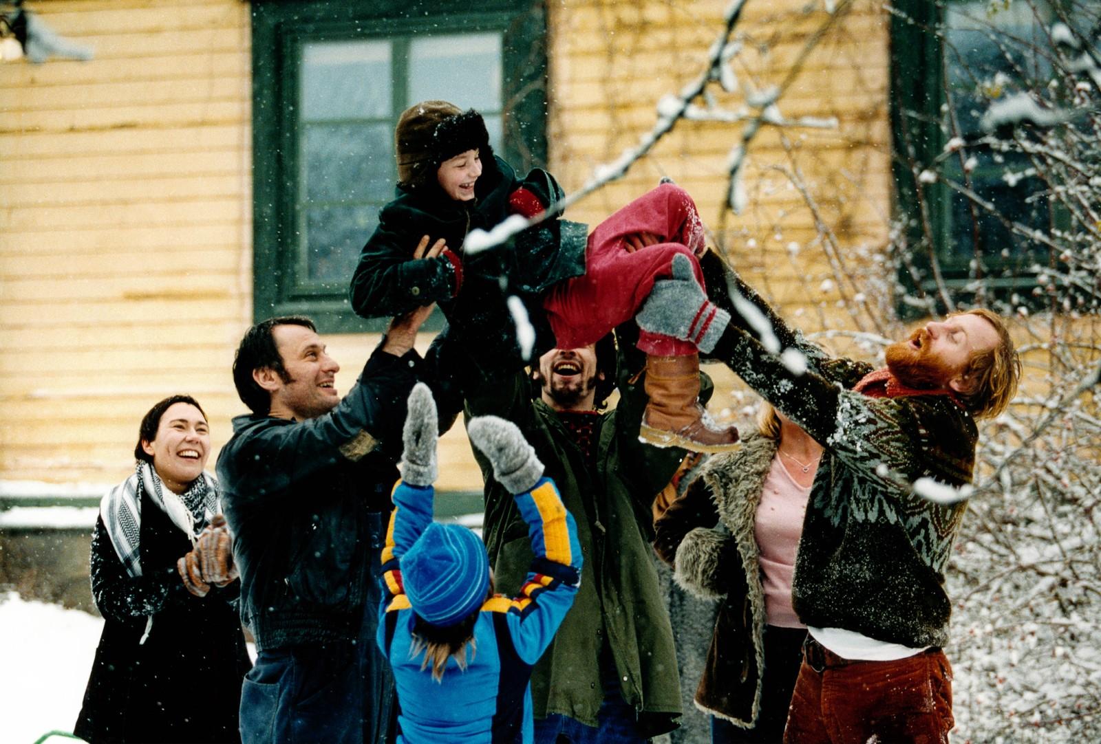 SAMAN: I komedien «Tilsammans» flyttar Elisabeth (Lisa Lindgren) ut frå den alkoholiserte ektemannen Rolf (Michael Nyqvist) og inn i eit kollektiv.