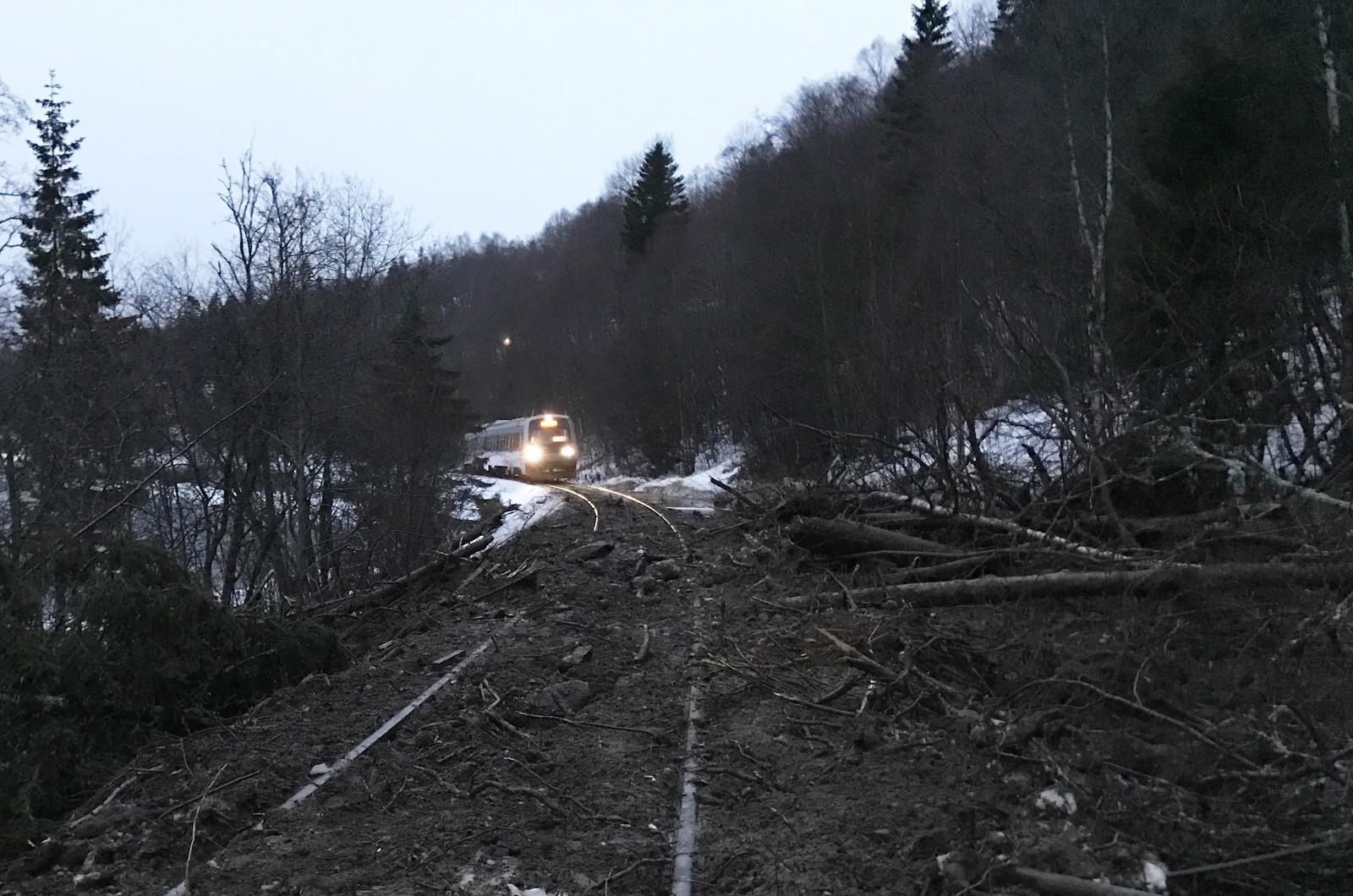 Et tog på vei til Trondheim sporet av tidlig mandag morgen mellom Singsås og Langlete i Midtre Gauldal.