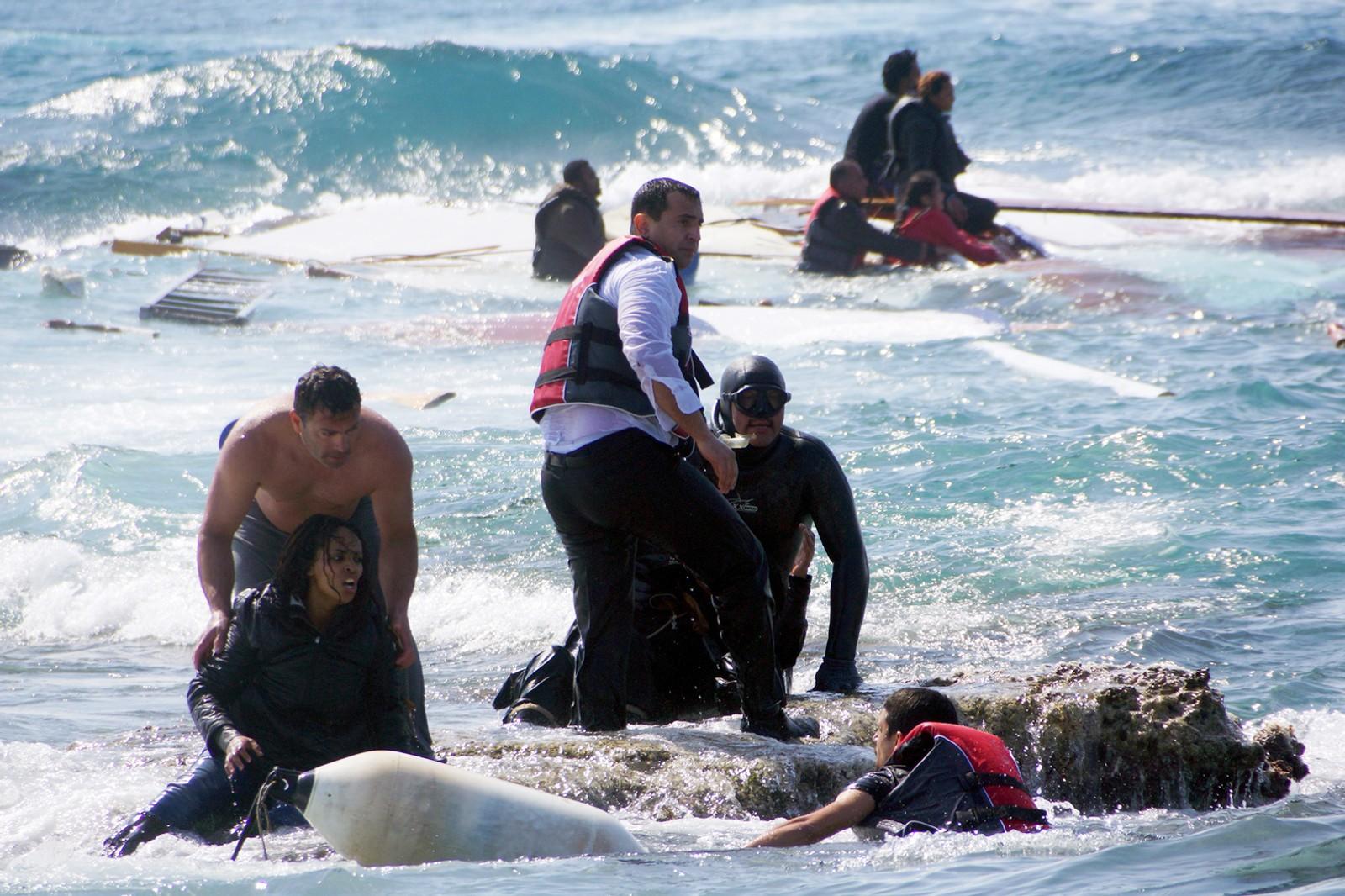 Båtflyktningene ble hjulpet i land av lokalbefolkningen på Rhodos. 20. april 2015.