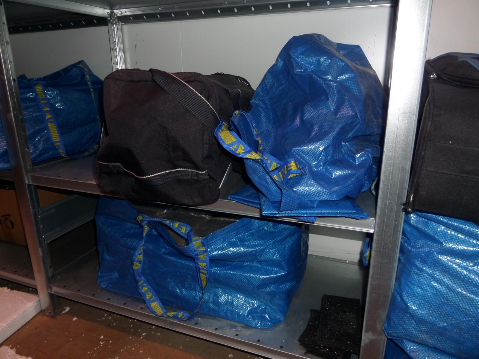 I hyllene var posene stablet og sortert med totalt flere hundre kilo hasj.