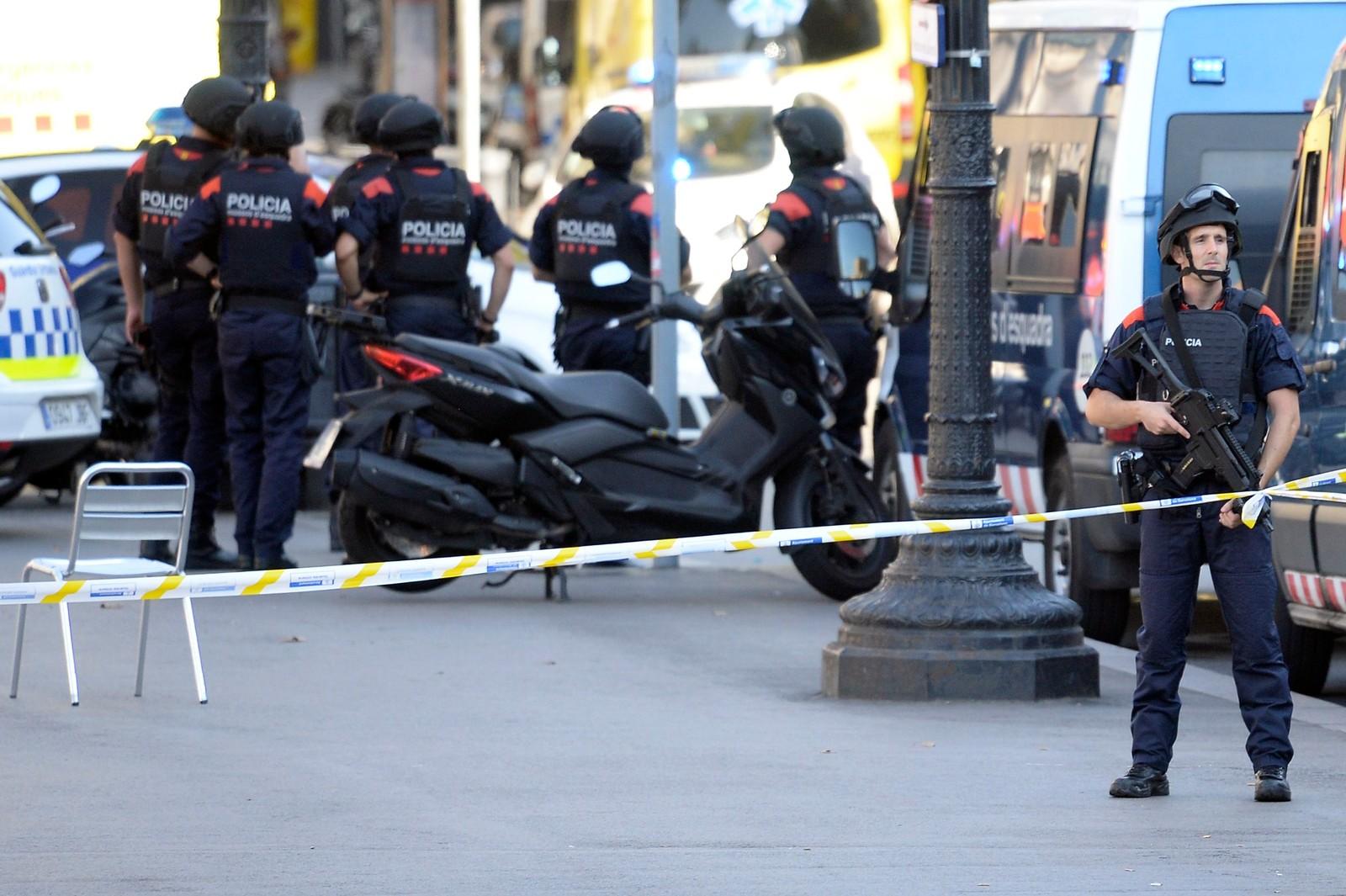 BEVÆPNET POLITI: Bevæpnet politi patruljerer gatene i Barcelona.