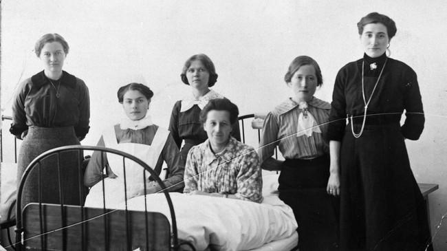 Pasientar og personell første halvdel av 1920-talet. Kvinna fremst i senga er Jørgine Flekke som fekk tuberkulose då ho var i USA, og reiste heim for å døy. Men ho vart frisk og levde til ho vart 84 år. © Fylkesarkivet.