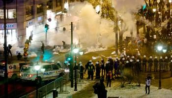 Protestantene brukte fyrverkeri.