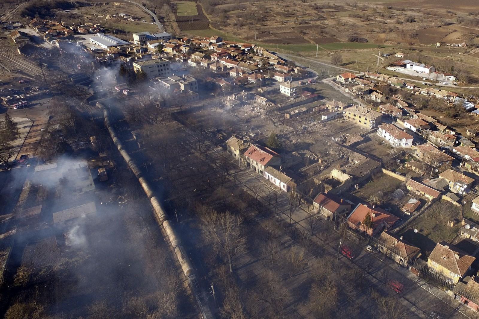 Et luftfoto tatt 10. desember av byen Hitrino viser hvor toget sporet av og eksploderte.