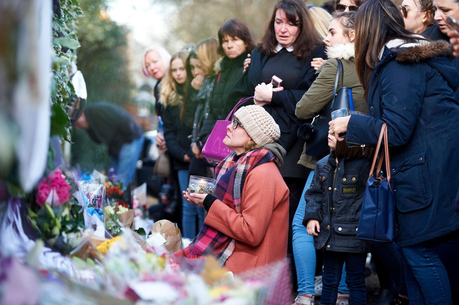 Sørgende mennesker utenfor hjemmet til George Michael to dager etter at han døde. Popstjernen ble 53 år gammel.