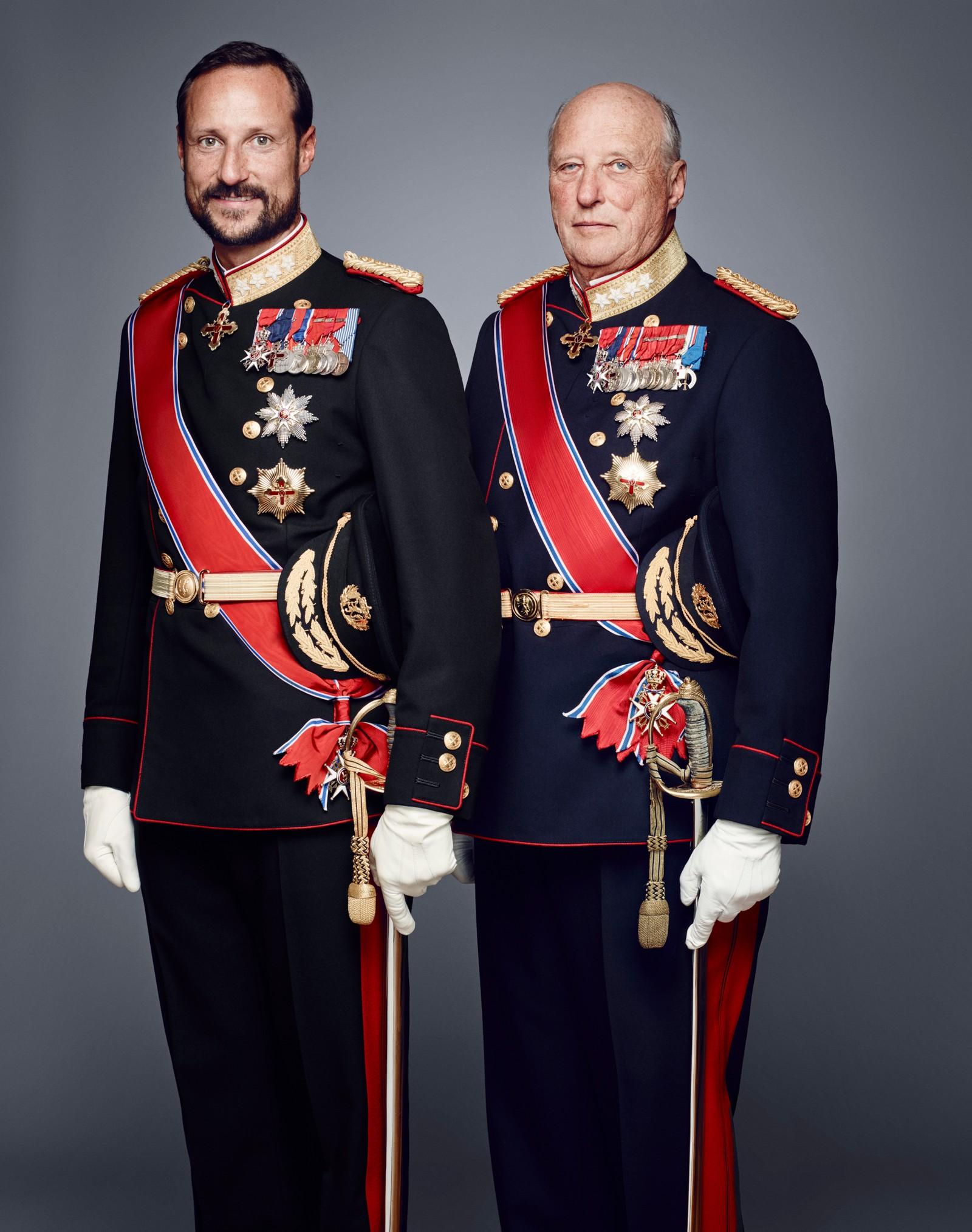 Kronprins Haakon og og hans far kong Harald i gallaantrekk.