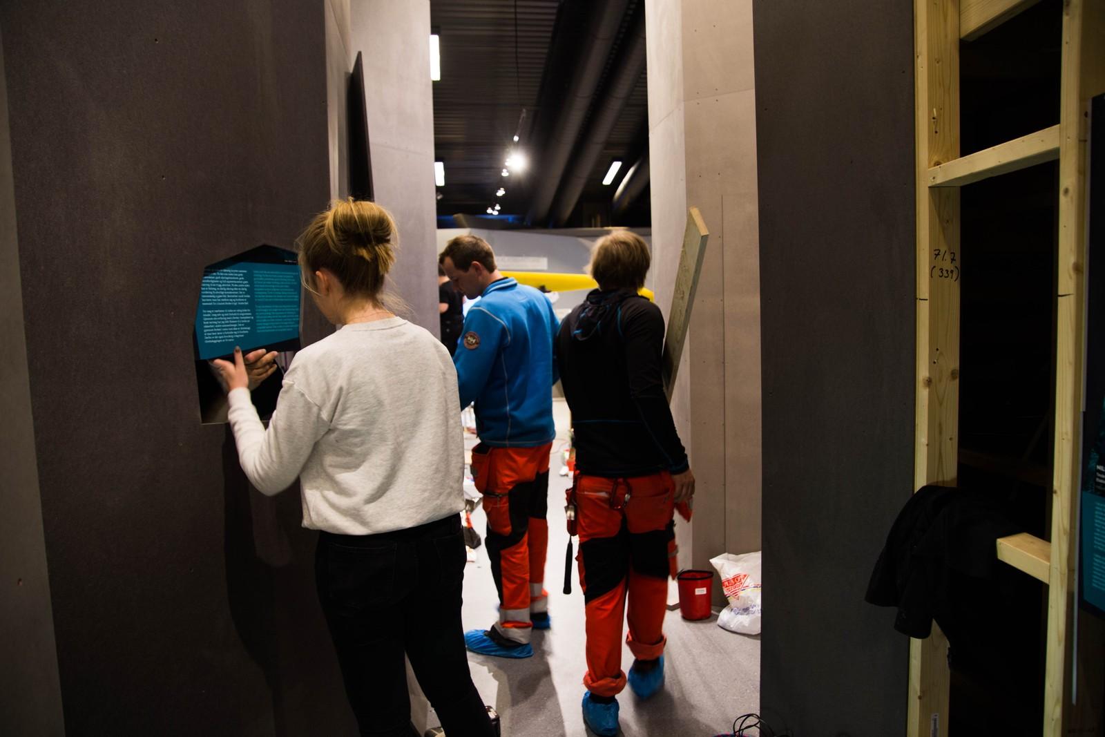 Dagen før åpning er slett ikke alt klart. Her er en av utstillingene i ferd med å ferdigstilles.