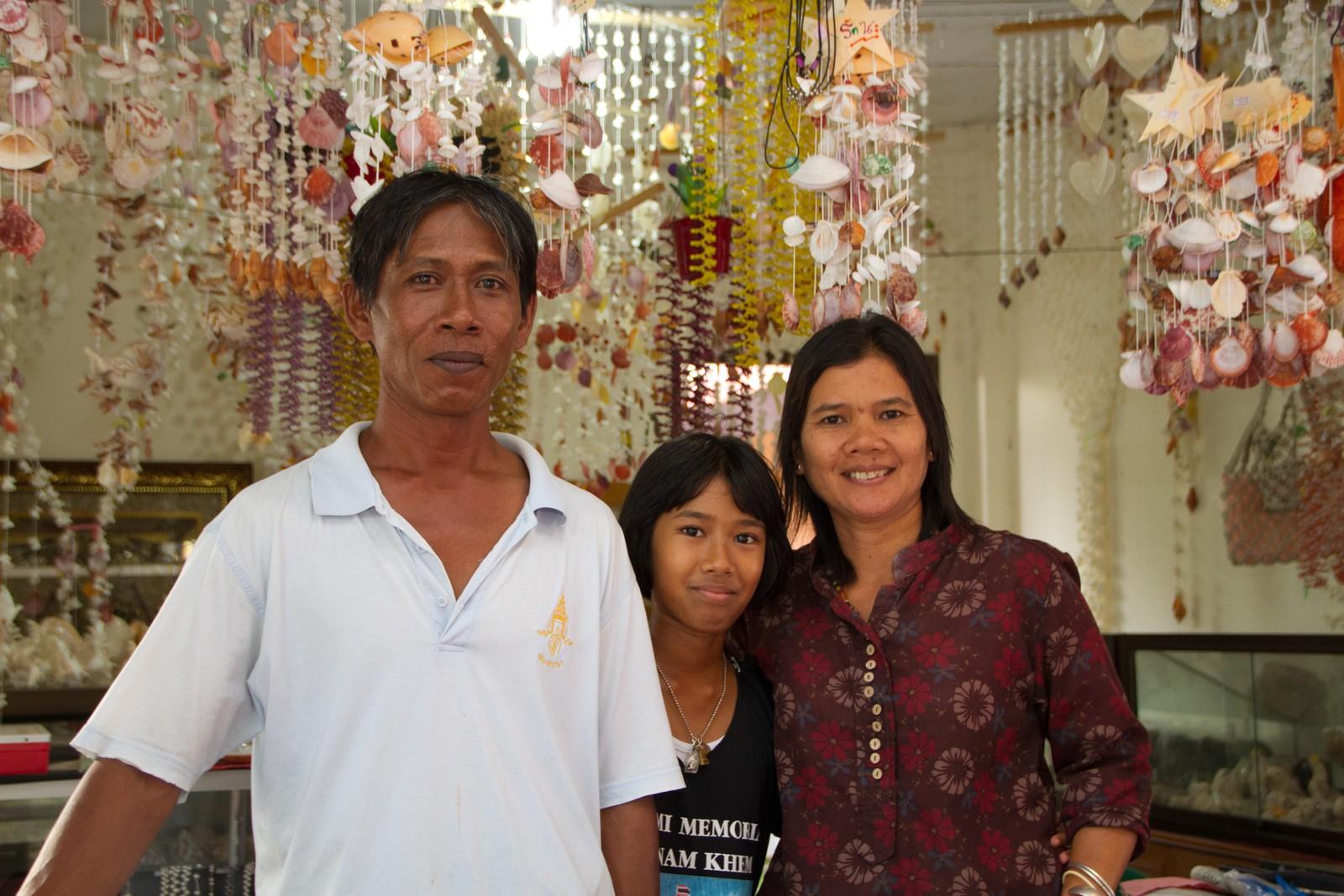 Familien ble rammet av tsunamien for 10 år siden. Datteren i midten overlevde, men de mistet en sønn. Før tsunamien drev de en restaurant, i dag en turistbod.
