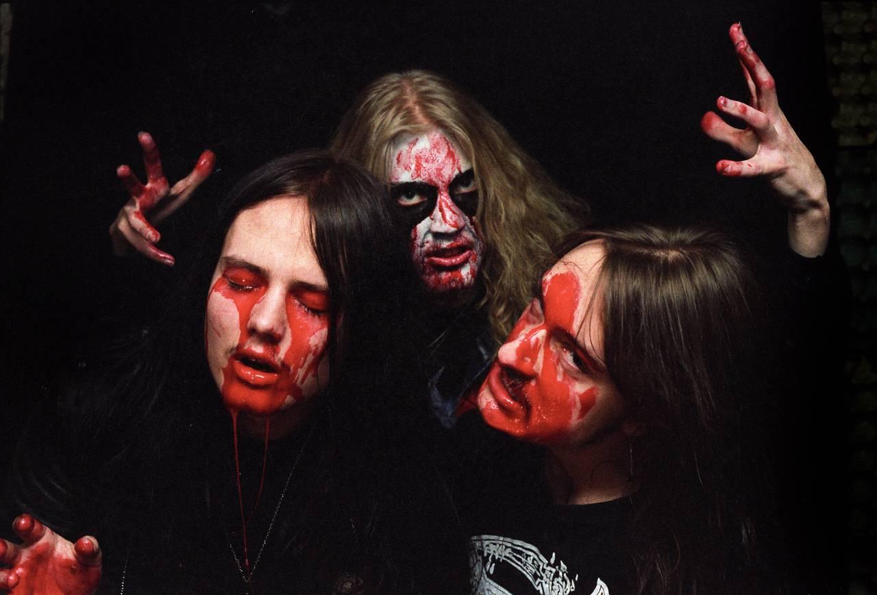 Øystein Aarseth, Pelle Ohlin og Jørn Stubberud poserer foran en mørk bakgrunn. Alle tre har teaterblod i fjeset og gjør sitt beste for å se skumle og seriøse ut.