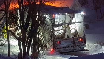 Søppelbil kjørte i garasje i Gravdal