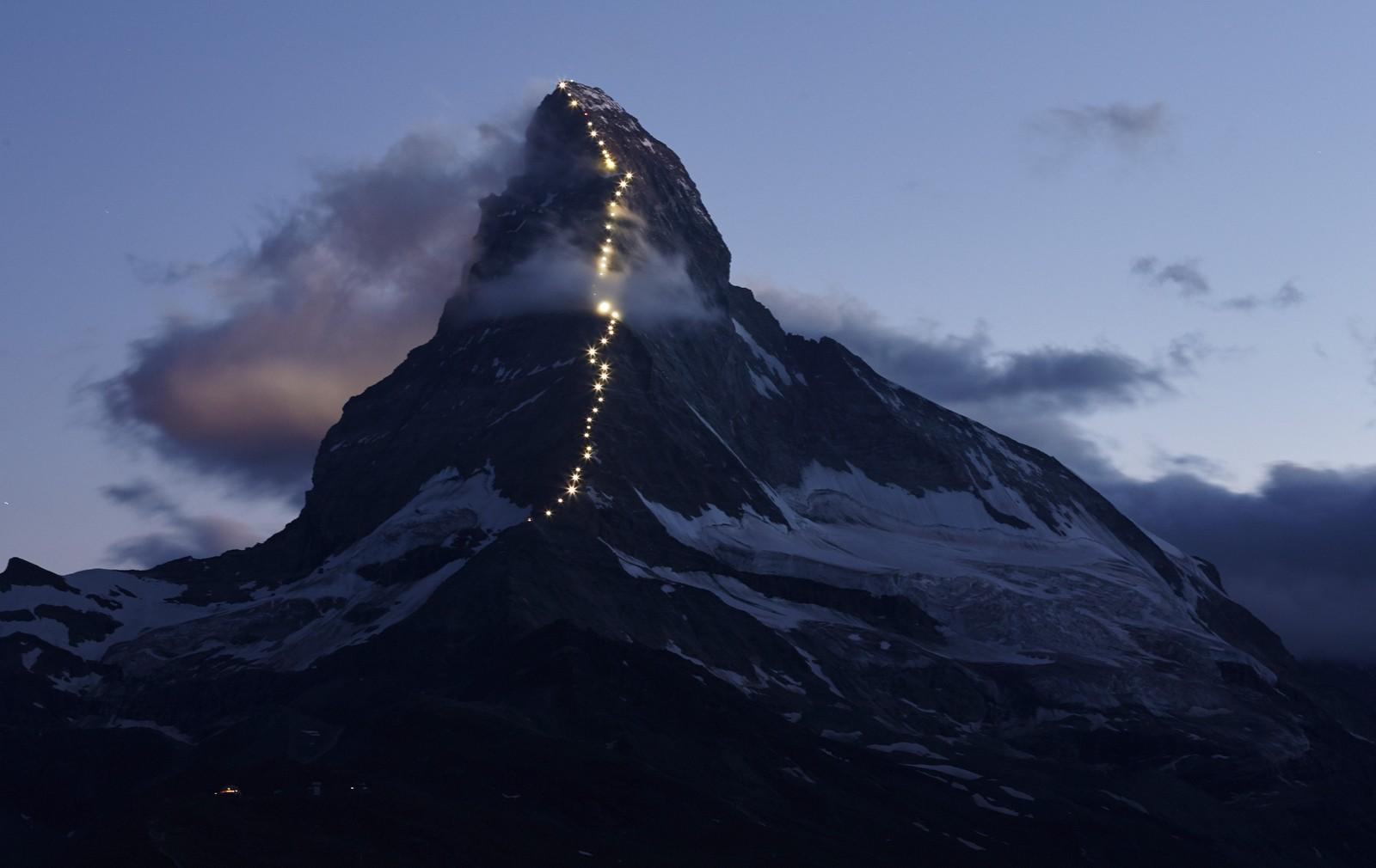 Matterhorn-fjellet i Sveits ble denne uka lyst opp av solcelle-drevne lamper for å markere at det er 150 år siden fjellet ble besteget for første gang. Briten Edward Whymper ledet ekspedisjonen den gang, og fire klatrere falt ned og omkom. Det røde lyset på fjellet markerer der de fire falt i døden.