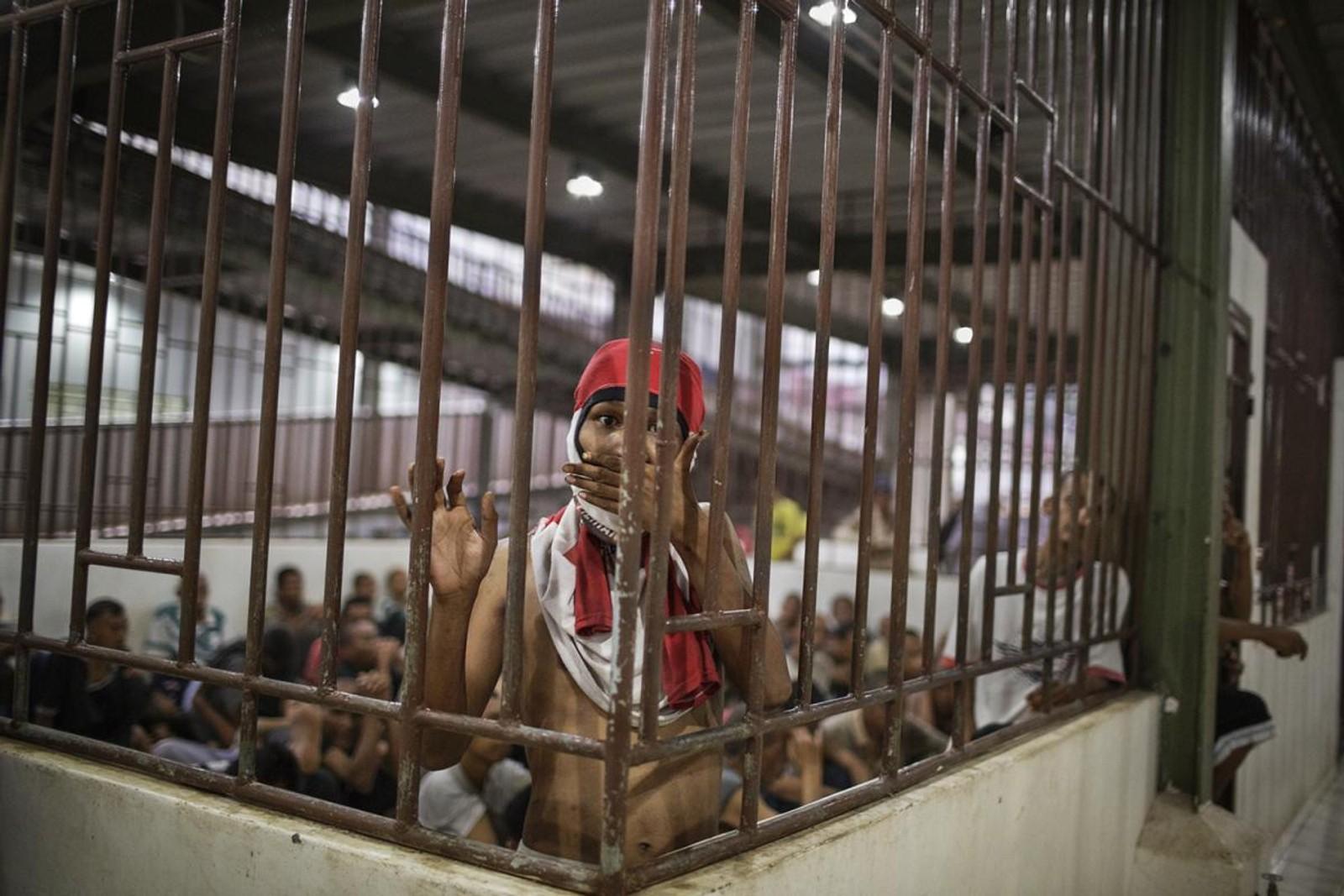 Flere menn med psykososiale funksjonsnedsettelse var låst inne i et overfylt rom i herredelen av Galuh rehabiliteringssenter i Bekasi.
