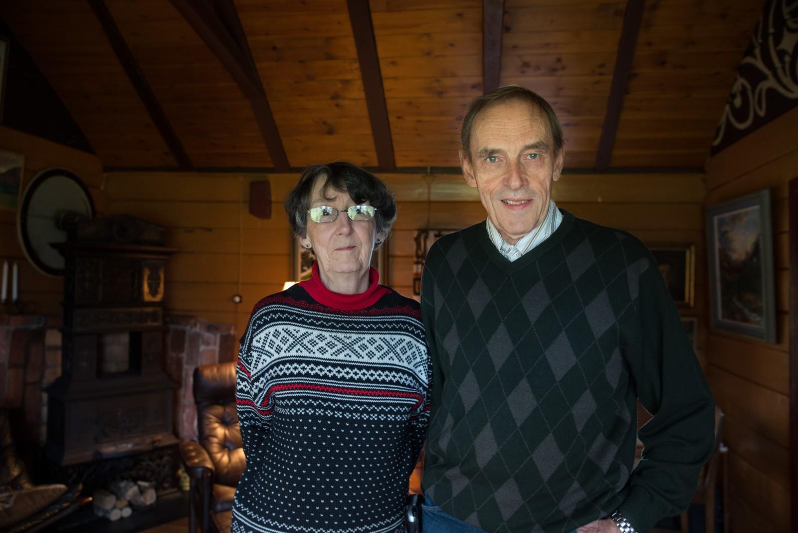 Lizet og Ole Thorvald Vik i stova på huset han vaks opp i på Vik i Sykkylven.