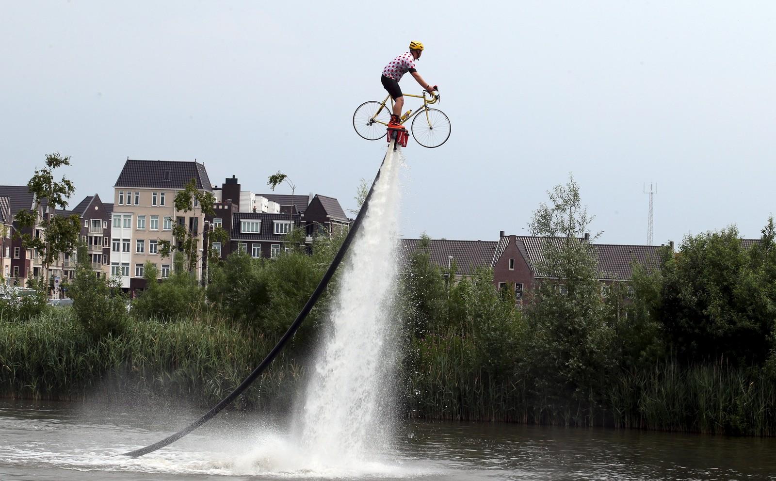 En mann i den karakteristiske, prikkete Tour de France-klatretrøya viste sitt spesielle sykkeltriks før starten på 2. etappe i Utrecht, Nederland.