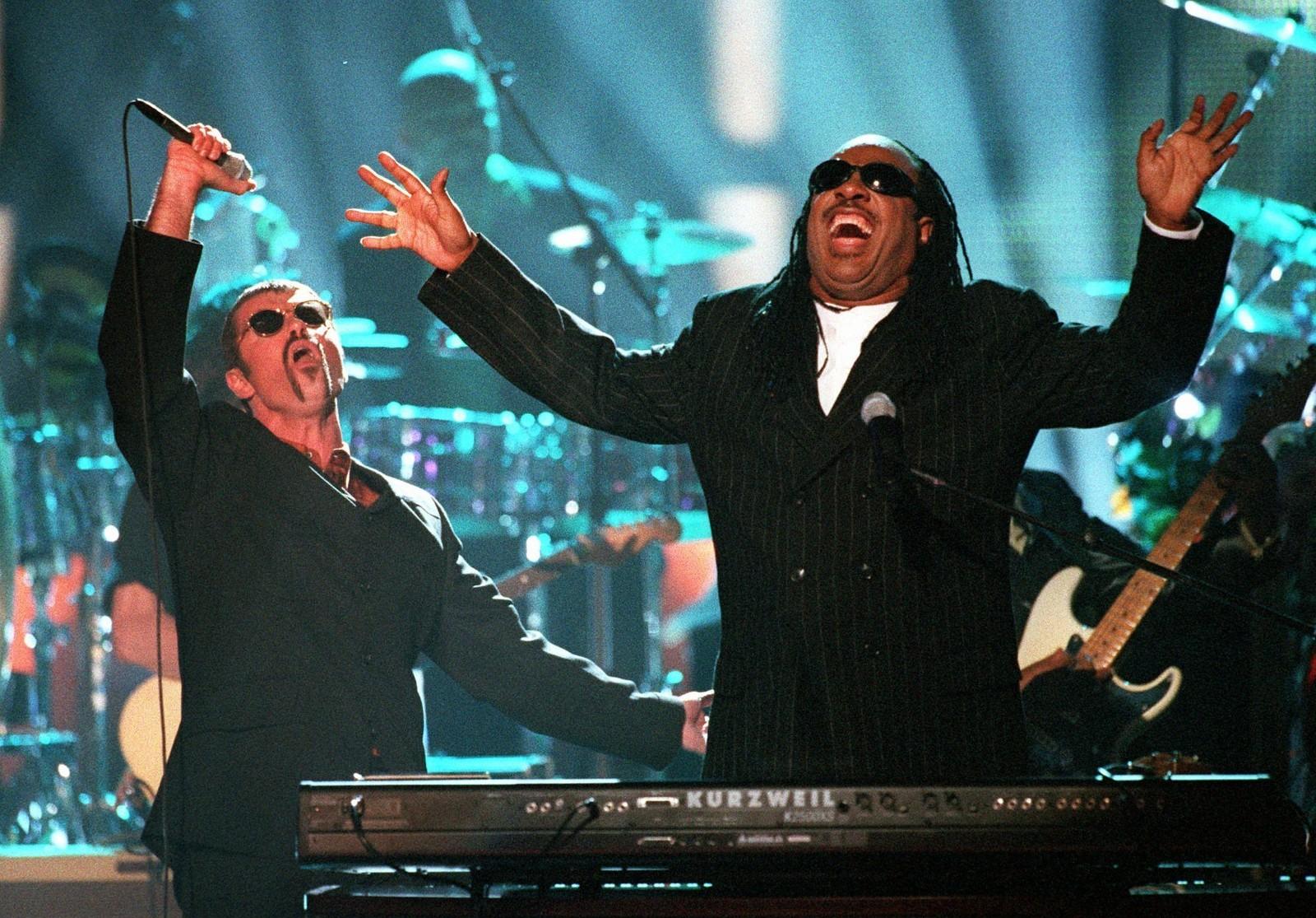 1997: George Michael og Stevie Wonder på scenen i Universal City i California 10. april 1997.