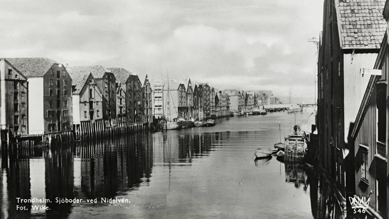 Bilde fra rundt 1920 av sjøbodene ved Nidelva i Trondheim.