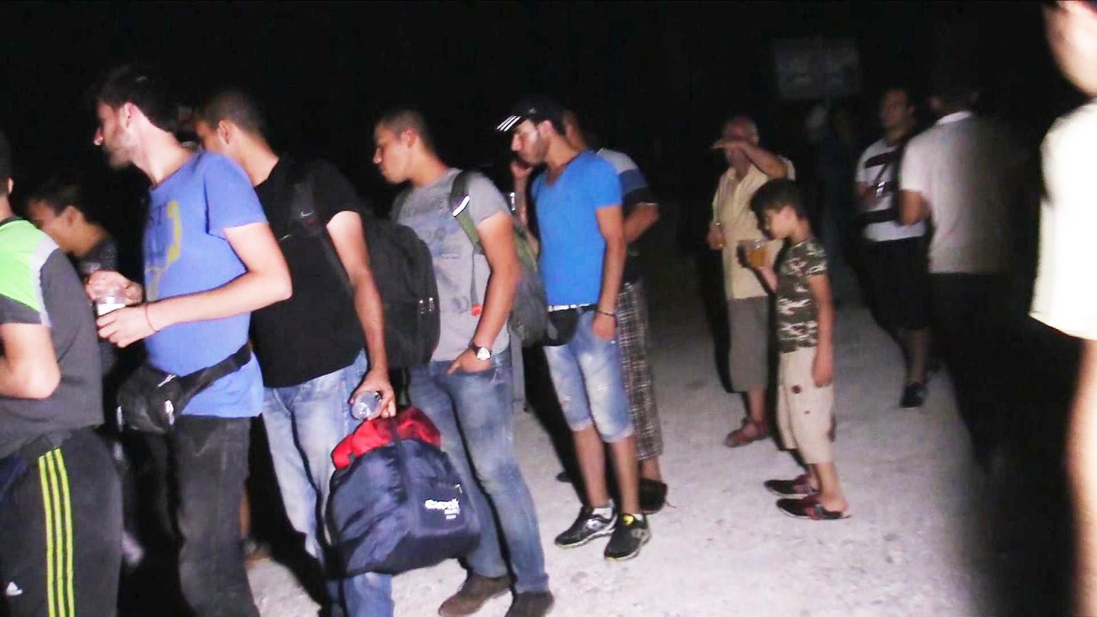 Flyktninger i kø for å få hjelp.