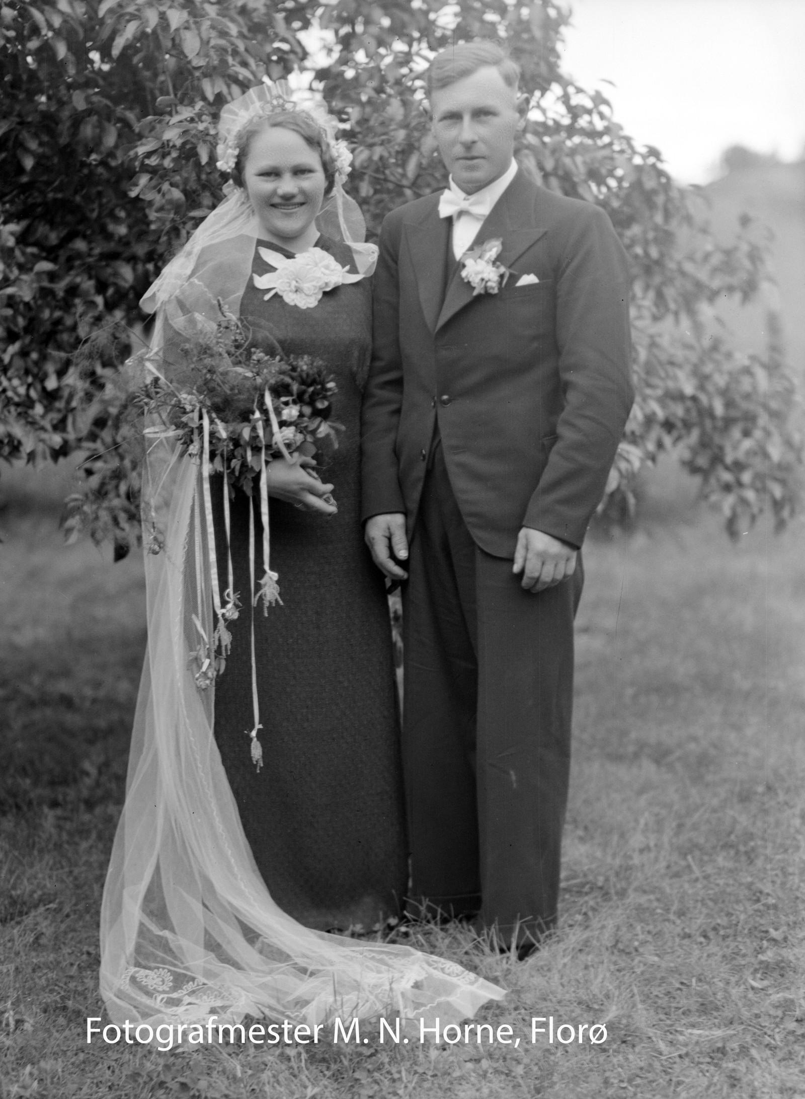 SVART BRUDEKJOLE: – Før pleie ein å ha svarte brudekjoler. Ein kan lære masse om eldre tradisjonar ved å sjå på dei gamle bilete, seier Horne. Dette bilete er av brudeparet Berta og Henrik Eikefjord som gifta seg i Eikefjord Kyrkje i 1938.