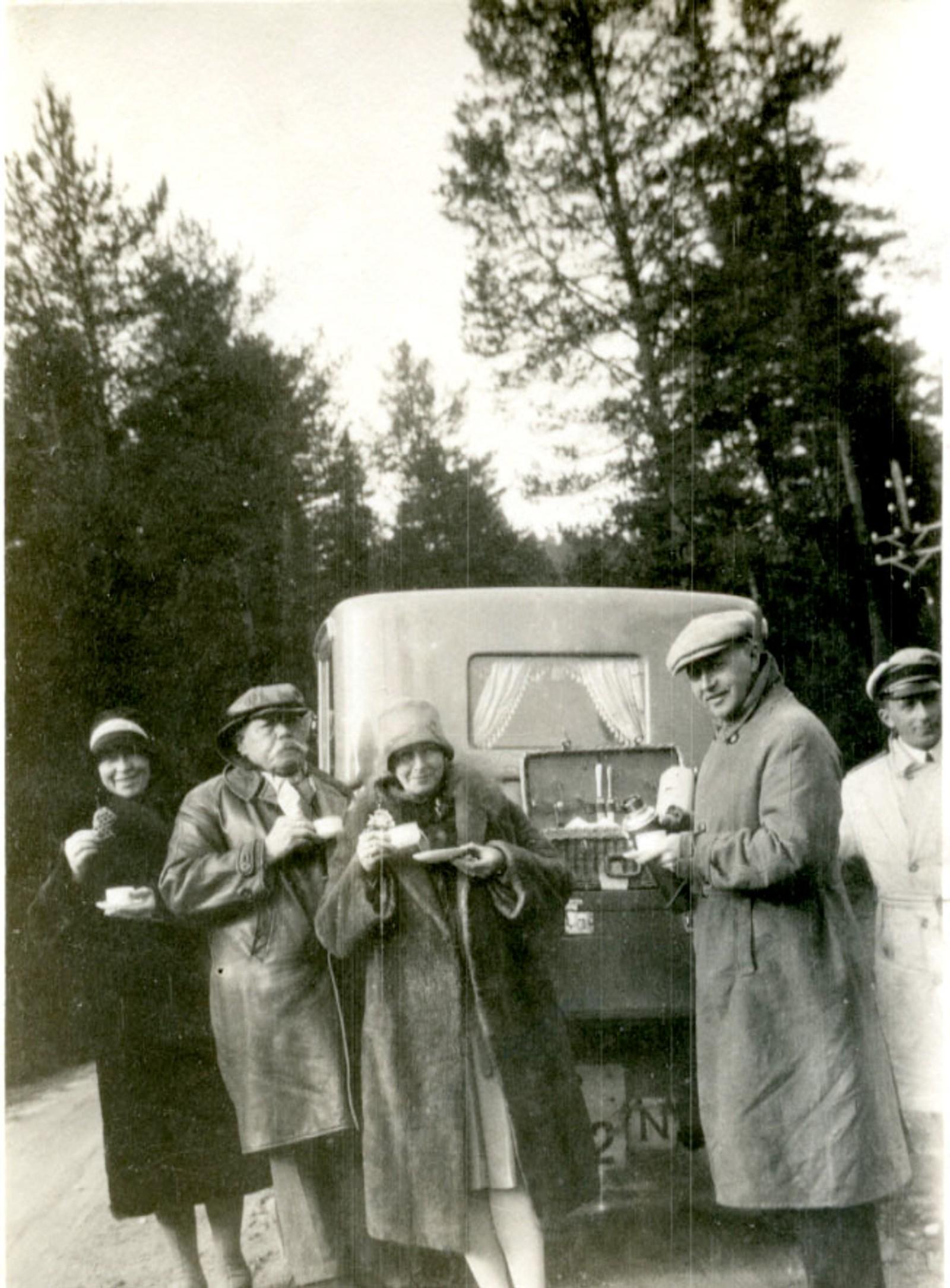 Thorvald Marthinsen på biltur med venner ca. 1920.