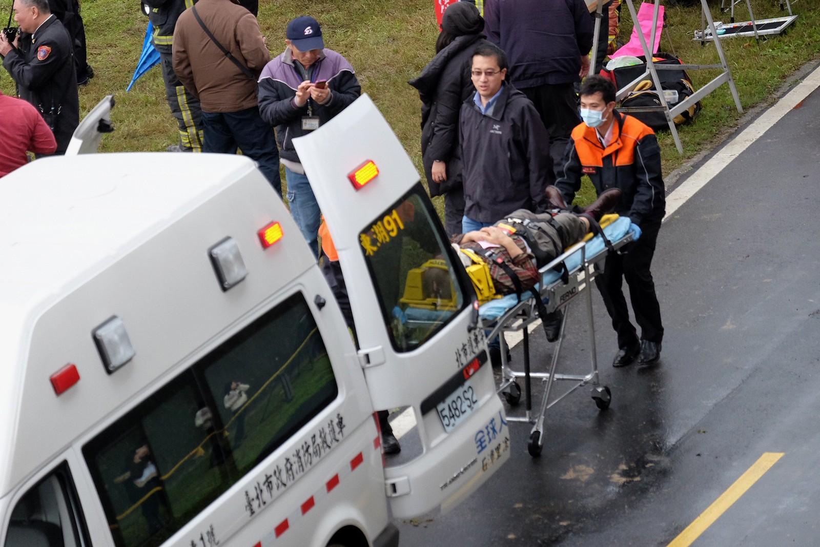 Ifølge Wall Street Journal ble en person fraktet til sykehus etter at taxien hans ble truffet av vrakrester fra flyet.