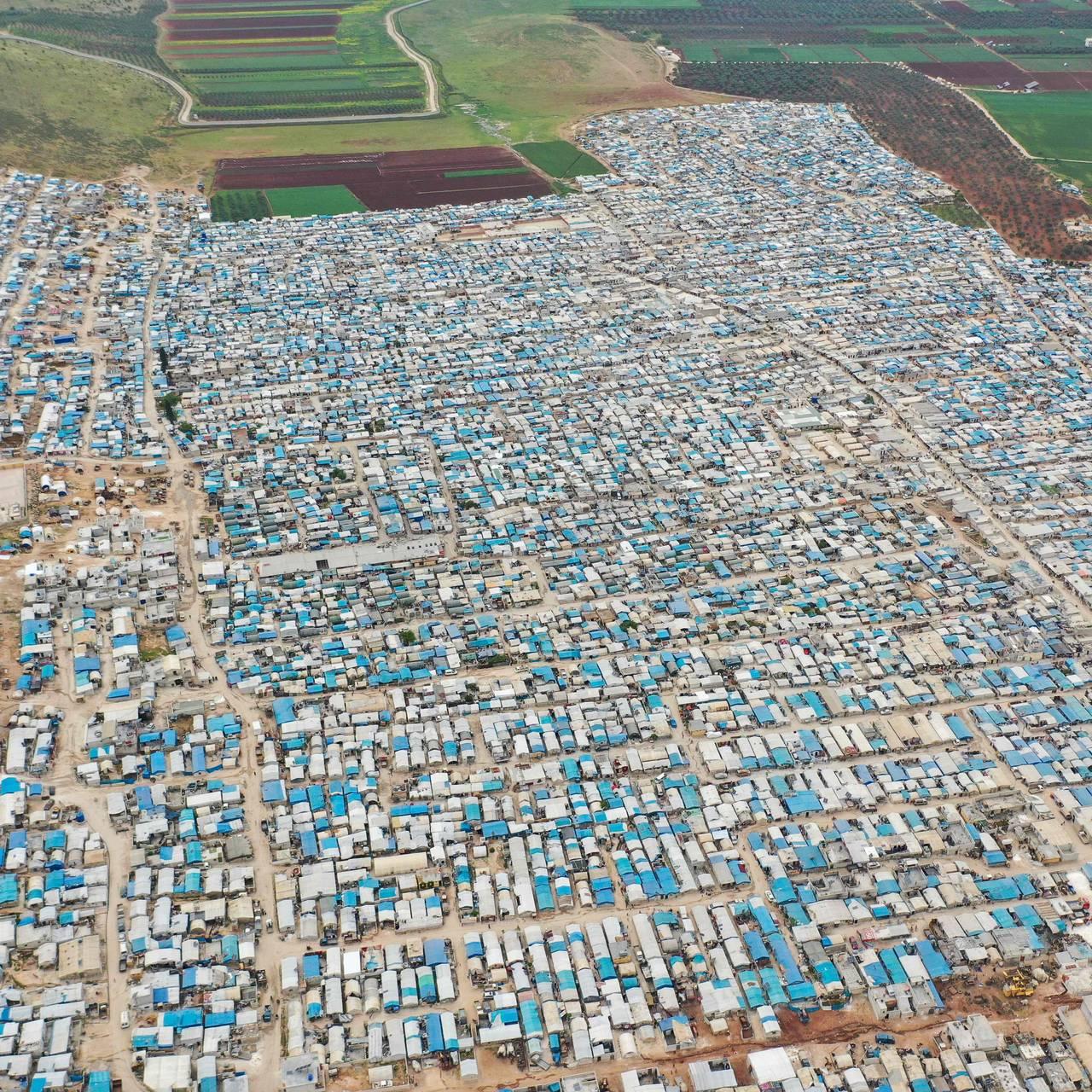 Et oversiktsbilde som viser en teltleir for flyktninger i Idblib-provinsen.