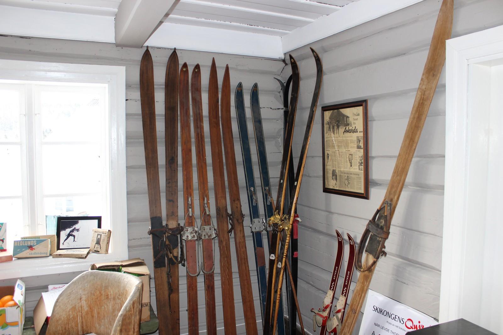 Ski fra Thorleif Haugs tid er på plass. De har den såkalte Haug-bindingen, som Thorleif hadde konstruert selv av skinnreimer. Under skiene brukte han sin egen skivoks, som besto av blant annet gamle grammofonplater, sykkelslanger, revefett og ørevoks.