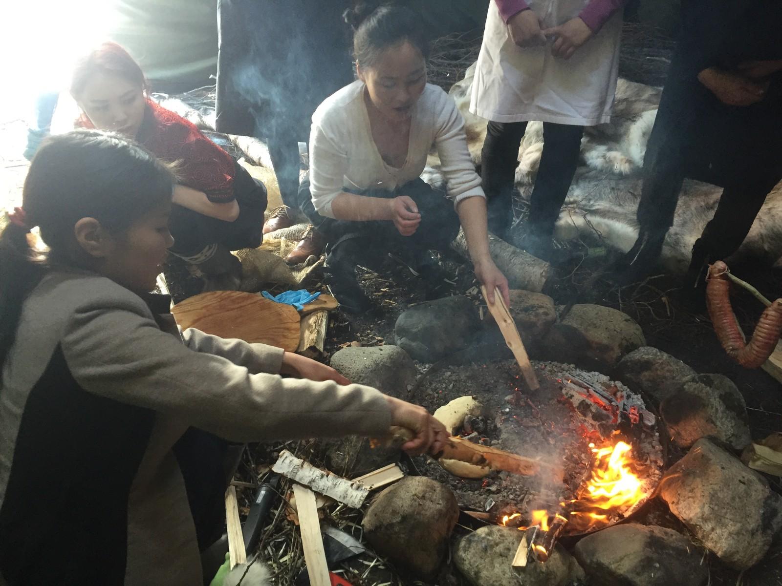 Dukha-studentene steker brød i glør