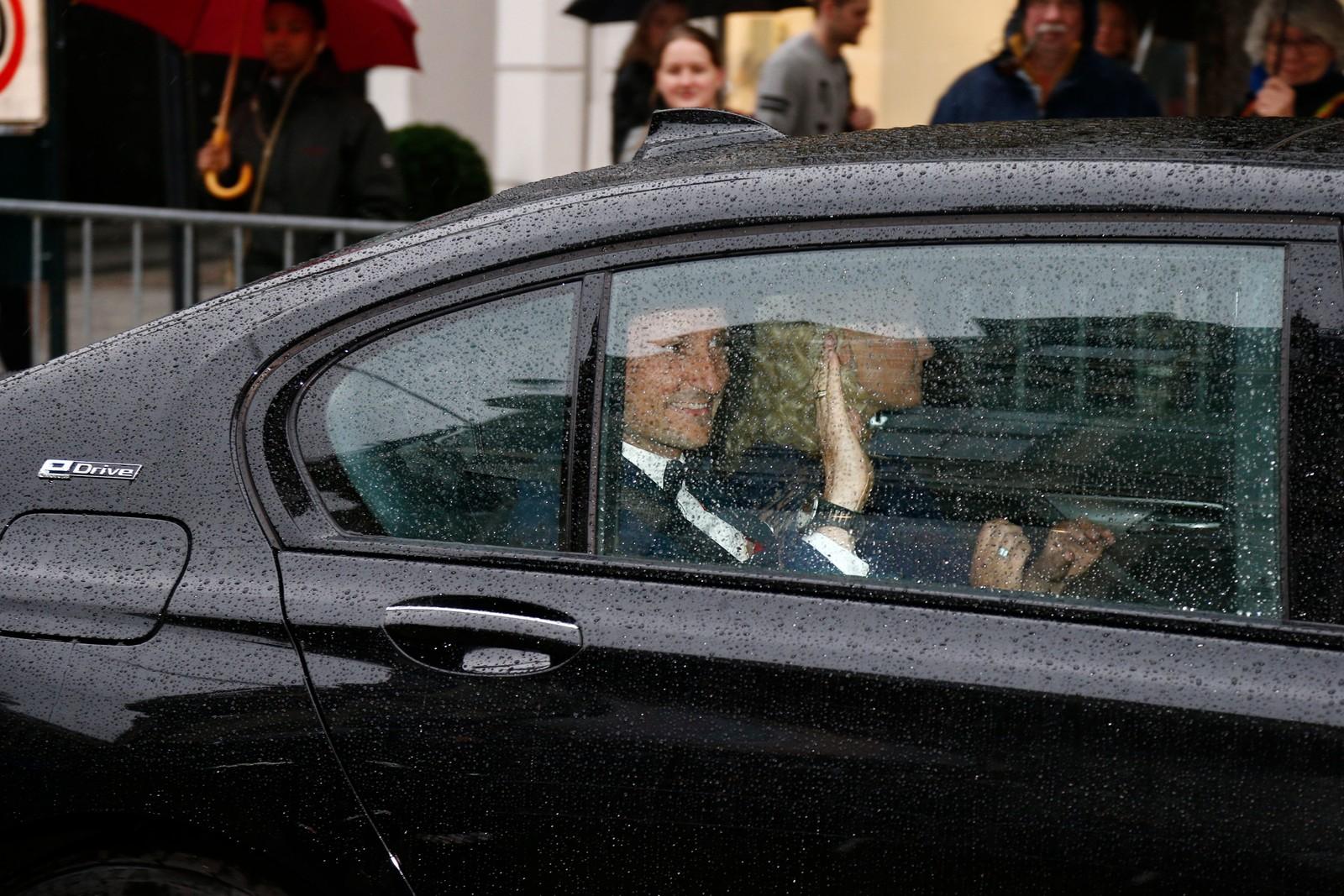 Kronprins Haakon Magnus vinker fra bilen på vei til operaen.
