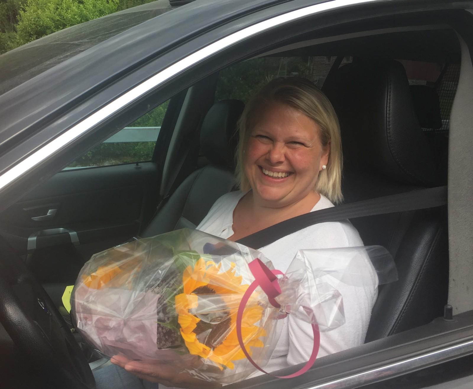 I Austrepolen fikk Inger Grethe Skeide blomster. Hun var den siste som måtte betale for å kjøre gjennom tunnelen.