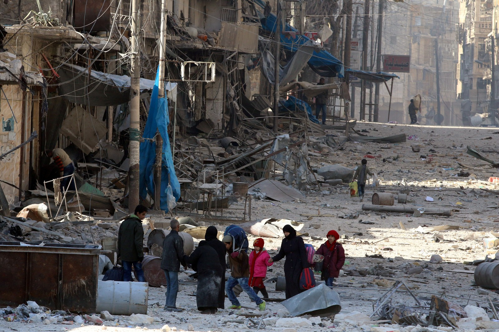 Syrere flykter fra et nabolag i Aleppo 28. november.