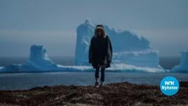 Det enorme isfjellet imponerer både lokale innbyggjarar og turistar.
