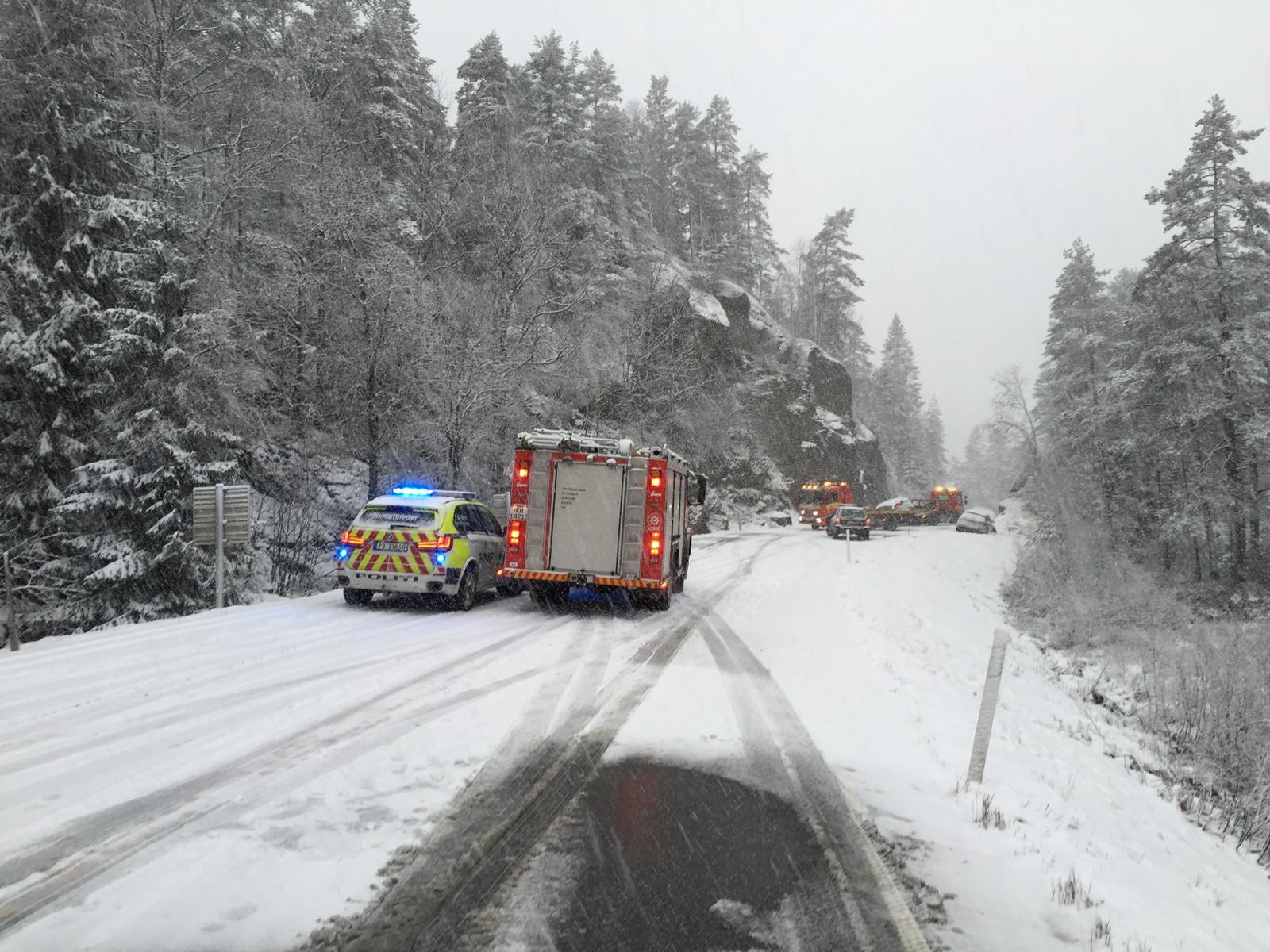 Veien var lenge stengt i begge retninger etter ulykken på Sandrip der fem personer er skadet.
