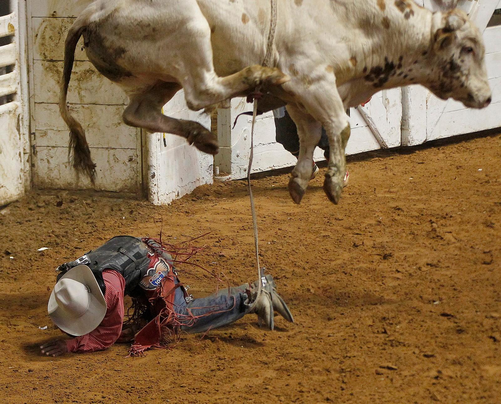 Christopher Byrd ble kasta av oksen Pac Man under et rodeo-stevne i Fort Worth onsdag denne uka.