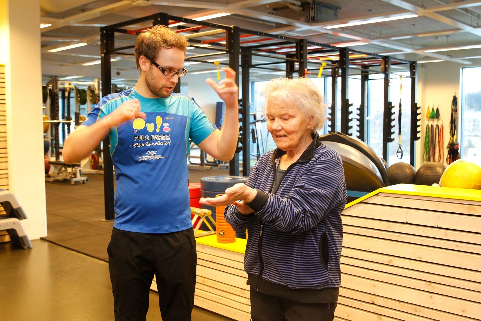 INSTRUKSJON: Dagleg leiar Håvard Røneid ved Puls Førde fortel at mange ønskjer personleg trenar for å komme skikkeleg igang med treninga.