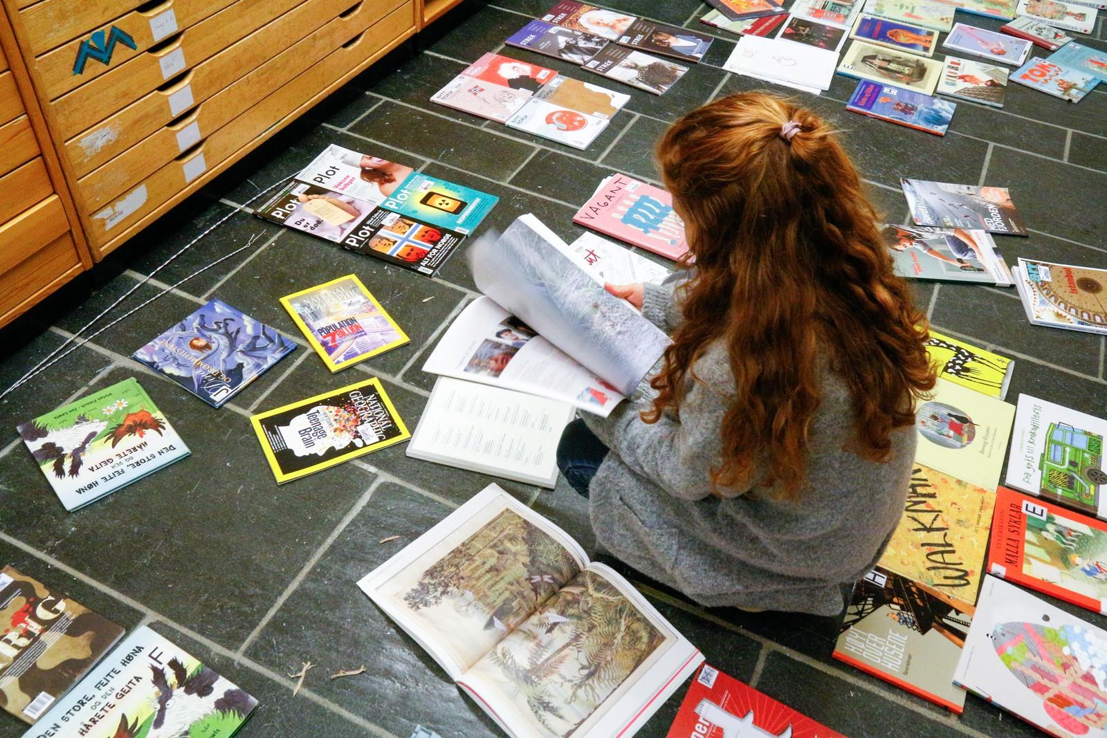 MYKJE Å VELJE I: Sara Båtevik (13) frå Jølster blar seg gjennom kasserte bildebøker og tidsskrift som Biblioteket i Førde har stilt til rådighet. - Det er mykje kjekkare å lage collage av dette enn reklameblada vi får utdelt på skulen når vi gjer det same der, seier Båtevik.