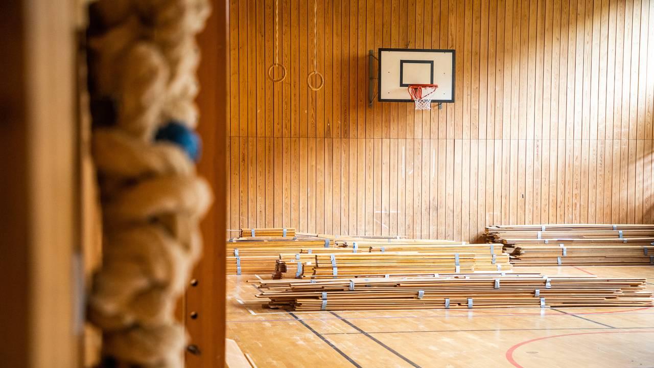 Det henger ennå gamle klatretau, turneringer og en basketballkurv i gymsalen på lærerhøgskolen på Landås i Bergen. På gulvet er det markeringer i ulike farger. Der oppbevares også furupanel i stabler.