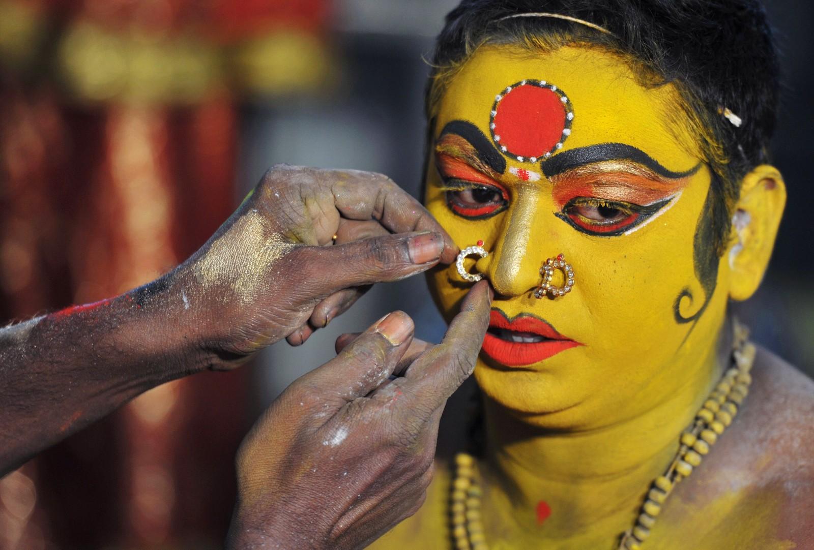 Den indiske artisten Korakula Munesh kles ut som den hinduistiske gudinnen Maha Kali før hun skal opptre på Bonalu-festivalen i Hyderabad den 1. august. Det er hovedsakelig kvinner som hedrer Maha Kali under festivalen.