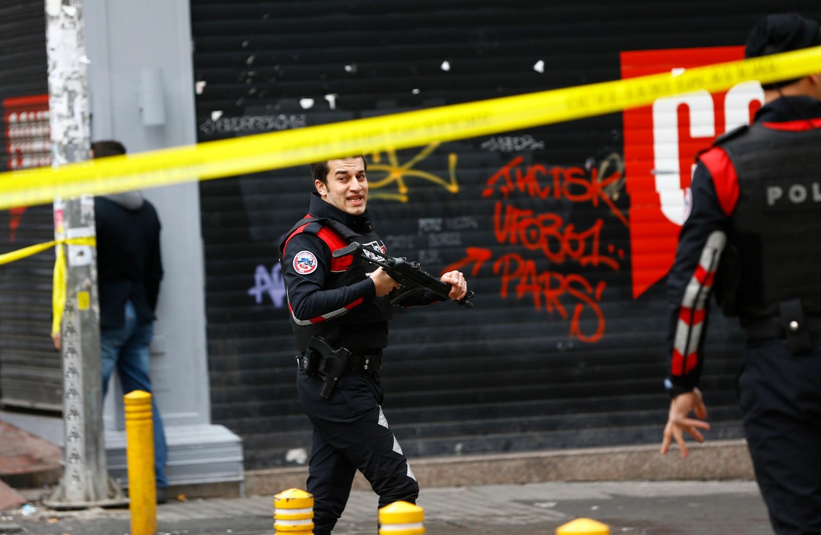 Fem mennesker skal være drept og flere såret etter terrorangrep mot den travle handlegaten Istiklal i hjertet av Istanbul lørdag formiddag.