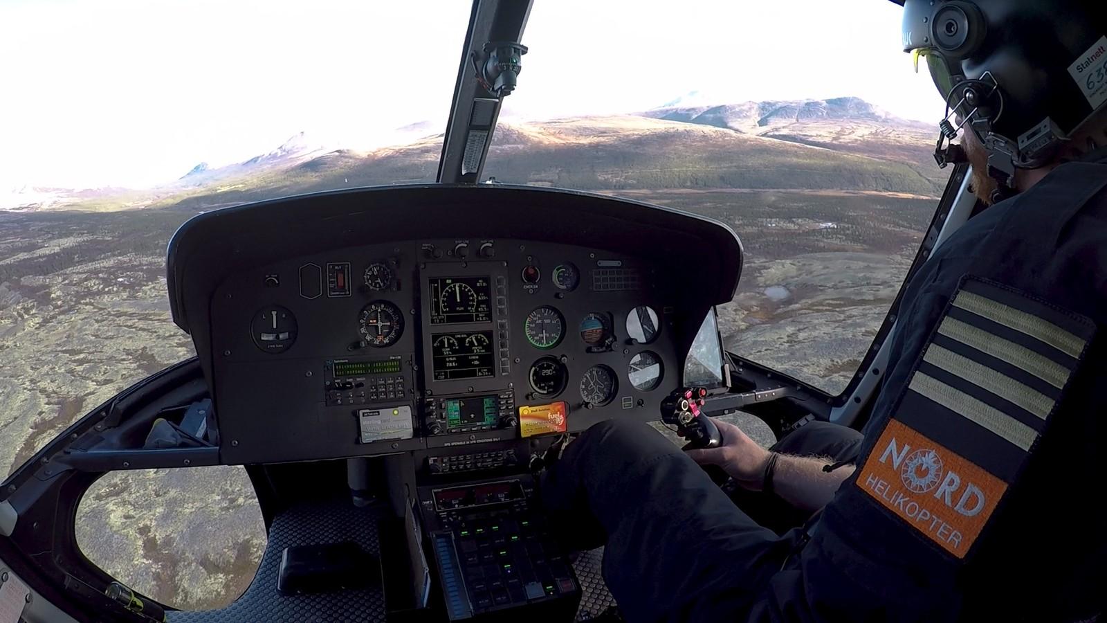 Helikopteret må ta mange turer for å frakte alle steinene inn i nasjonalparken.