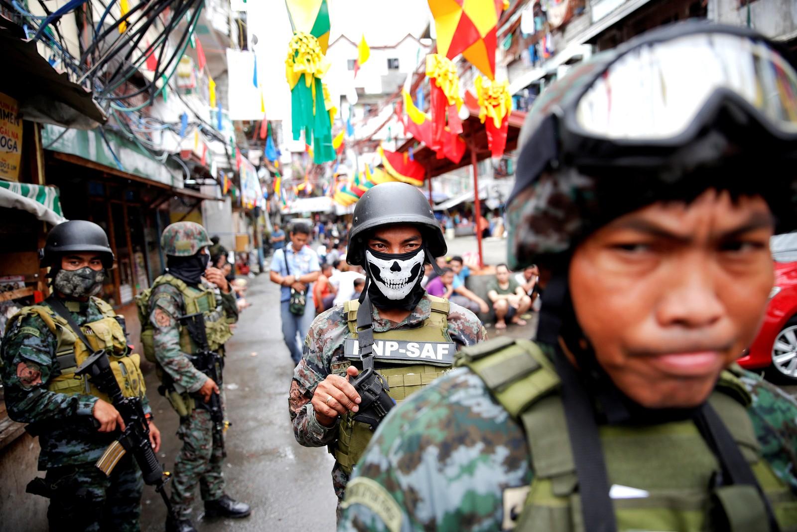 Sikkerhetsstyrker deltar i en aksjon mot narkotika i Manila.
