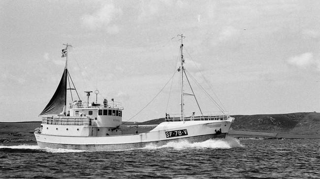 Pigghåbåten Nybakk frå Raudeberg i Vågsøy på veg til kai i Lerwick på Shetland. Foto: J. A. Hughson. © Shetland Museum.