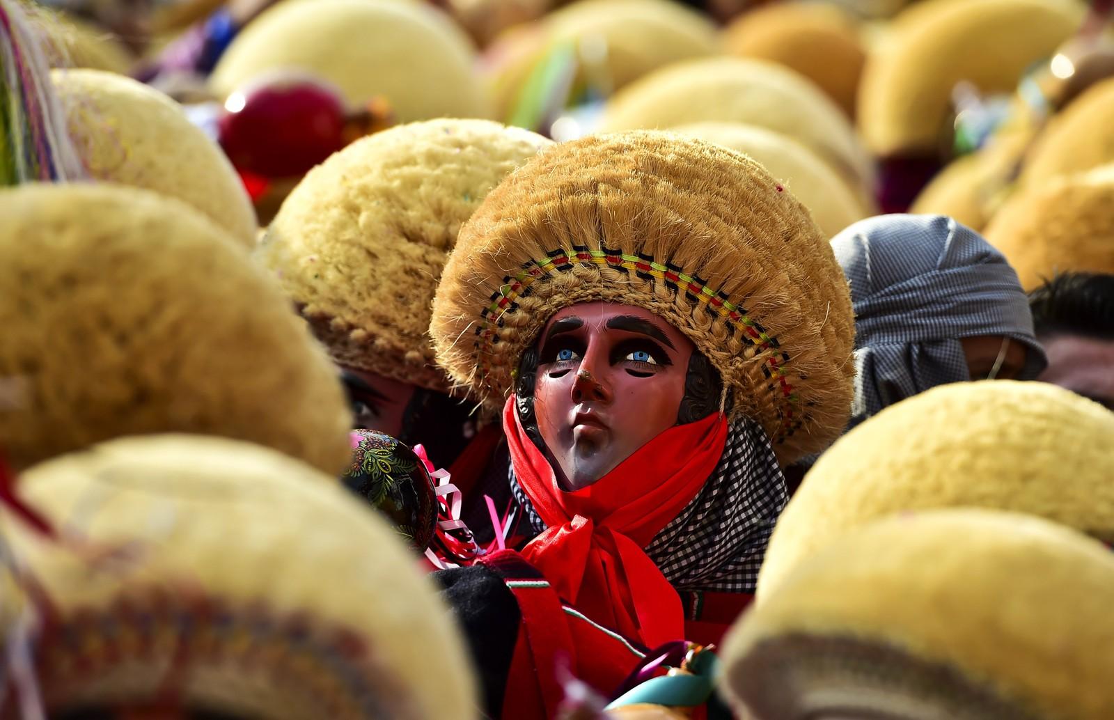Denne gjengen børster støv av maskene sine for å feire «Parachicos» i Chiapa de Corzo i Mexico.