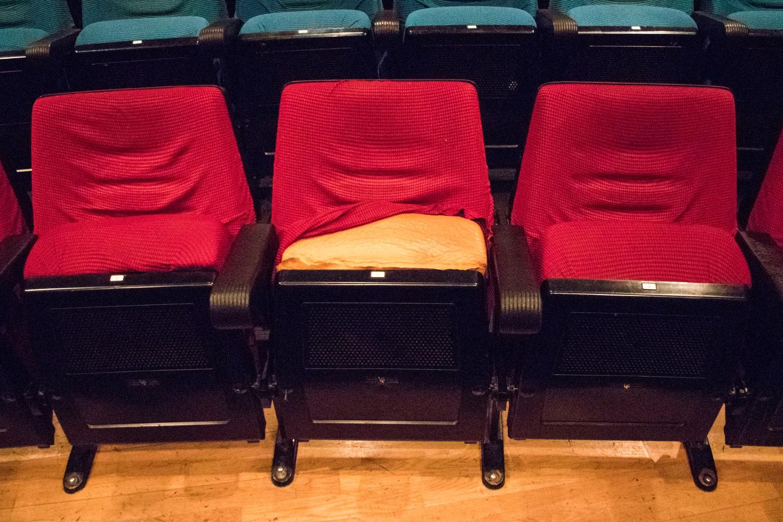 Setetrekkene er løse og den gule skumgummien stikker frem på mange av setene.