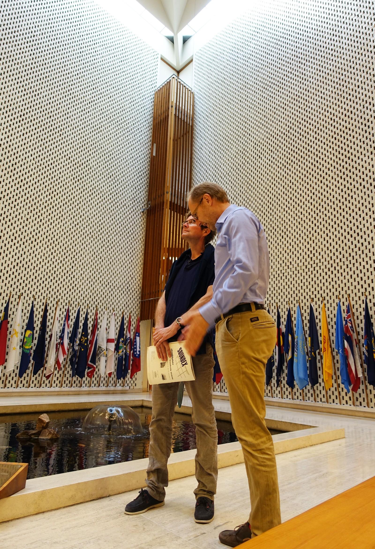 Atriet i ambassaden er rombeformet, som to trekanter satt sammen til en. En litt skjev firkant er en annen beskrivelse av romben. Bassenget i midten har også denne formen. - Bygget, og leken med geometri, er et mesterverk, mener Morten Stige og Olaf Steen hos byantikvaren.